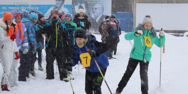 Более 100 человек встали на лыжи, несмотря на холод и непрекращающийся снег
