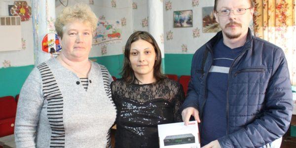 Две красносельские семьи получили цифровые приставки от главы региона