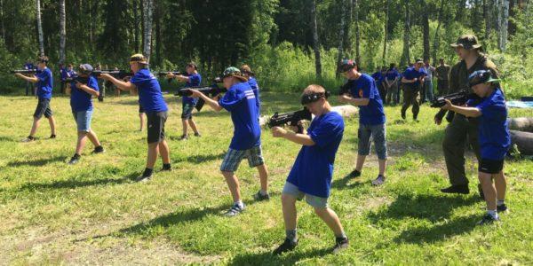 Школьники из Красноселья взяли в руки оружие на «Казачьей смене»