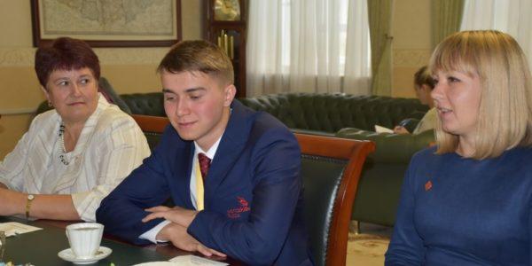 Глава региона поблагодарил чемпиона мира WorldSkills 2019 Александра Емелина за победу