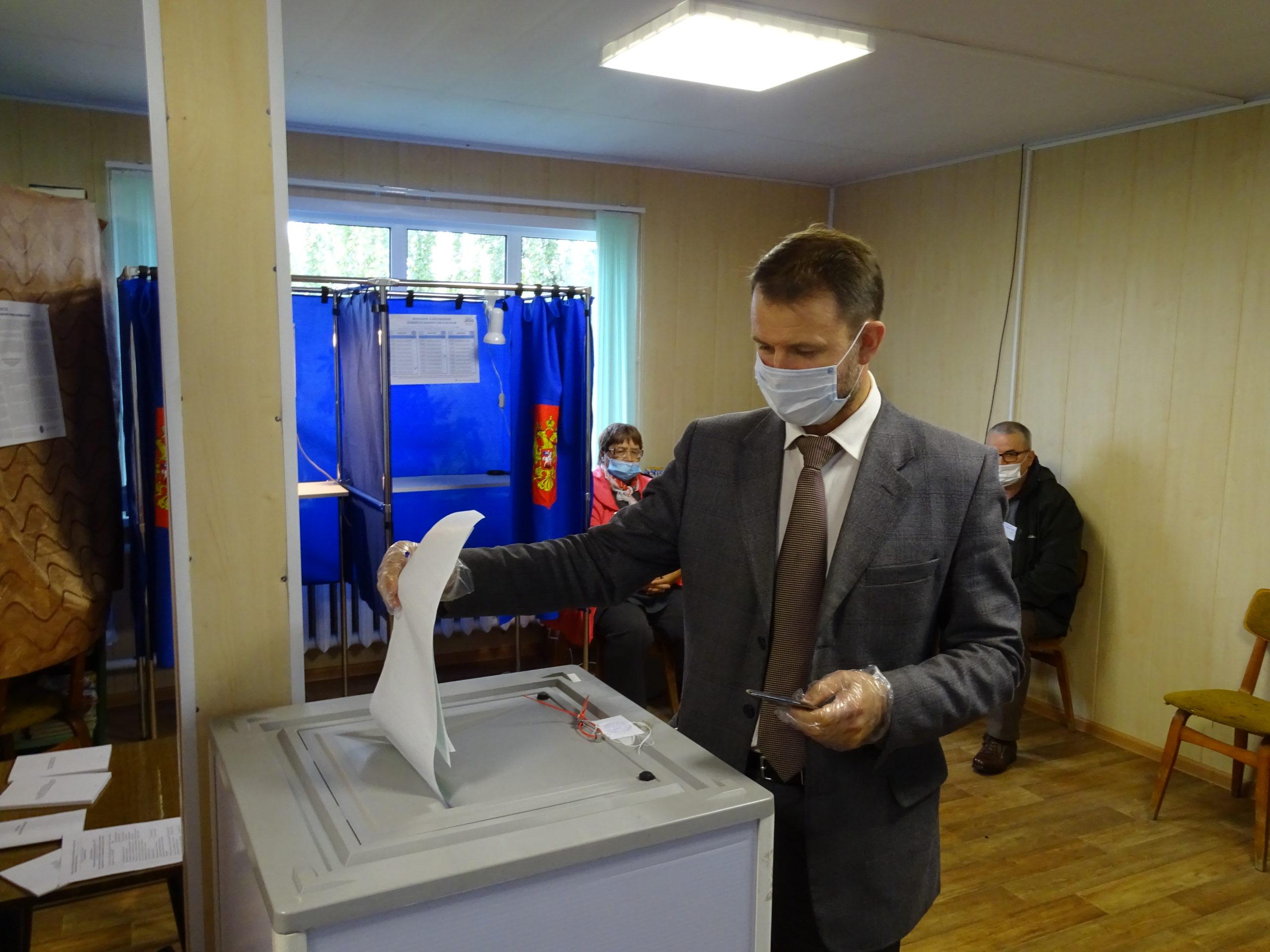 Глава Красносельского района проголосовал в первый день
